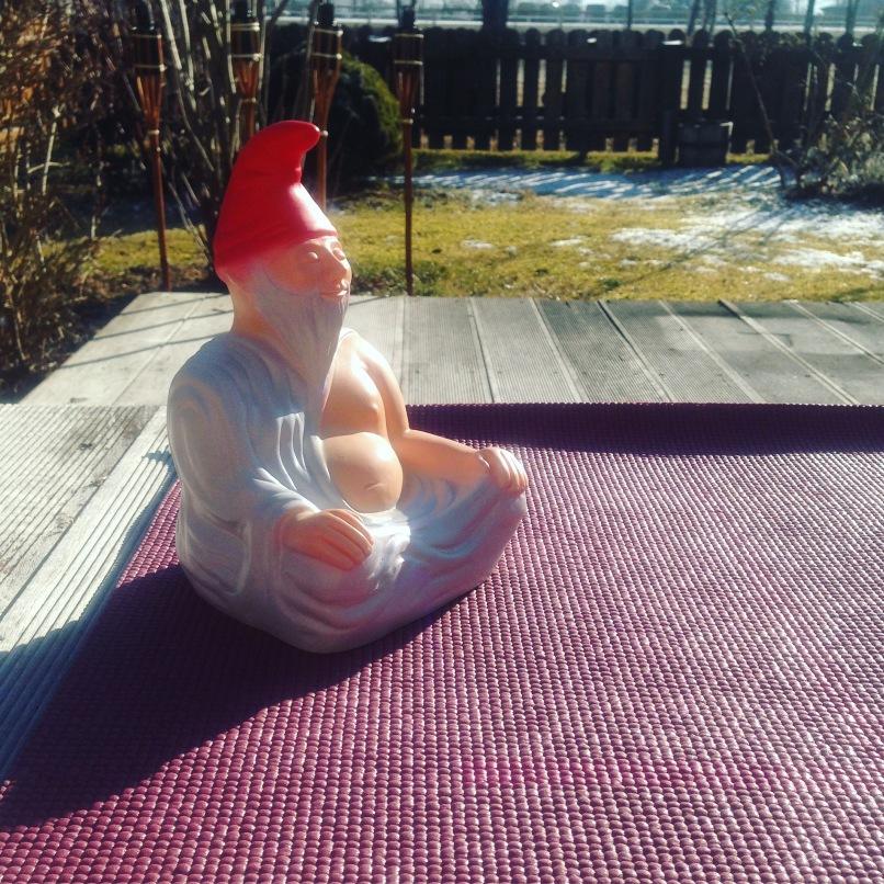 Zwuddha meditiert in der Sonne